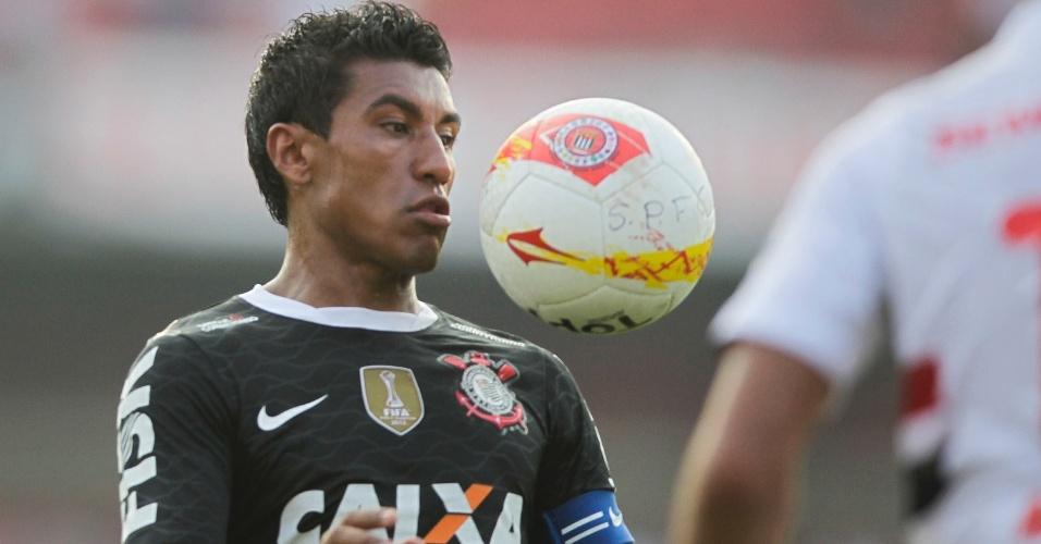 31.mar.2013 - Paulinho domina a bola durante a vitória do Corinthians no clássico contra o São Paulo no Morumbi