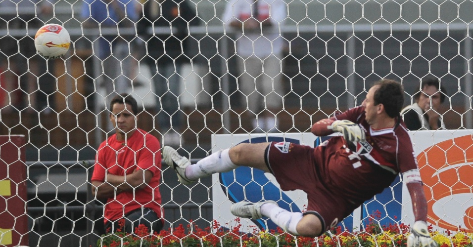 31.mar.2013 - Rogério Ceni cai para um lado, e a bola de Alexandre Pato entra no outro durante o pênalti que definiu a vitória do Corinthians sobre o São Paulo
