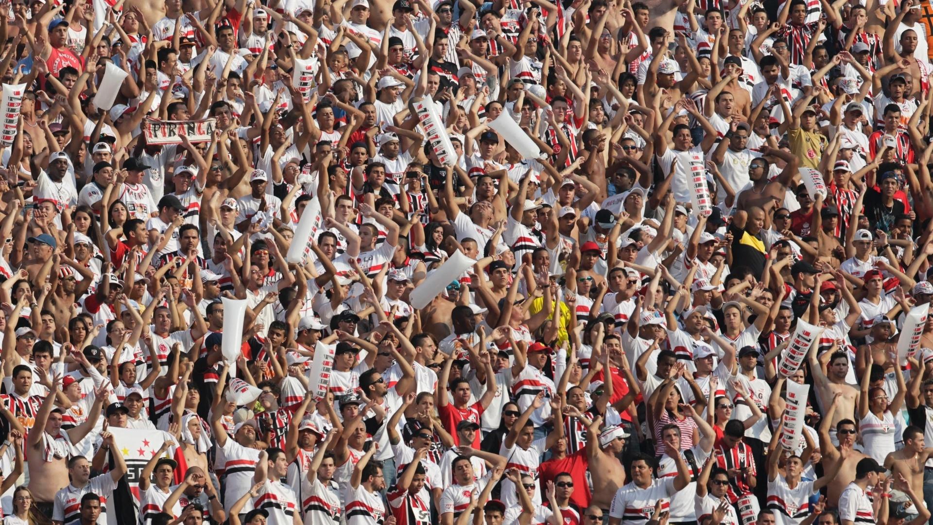 31.mar.2013 - Torcida do São Paulo apoia o time durante o clássico contra o Corinthians no Morumbi