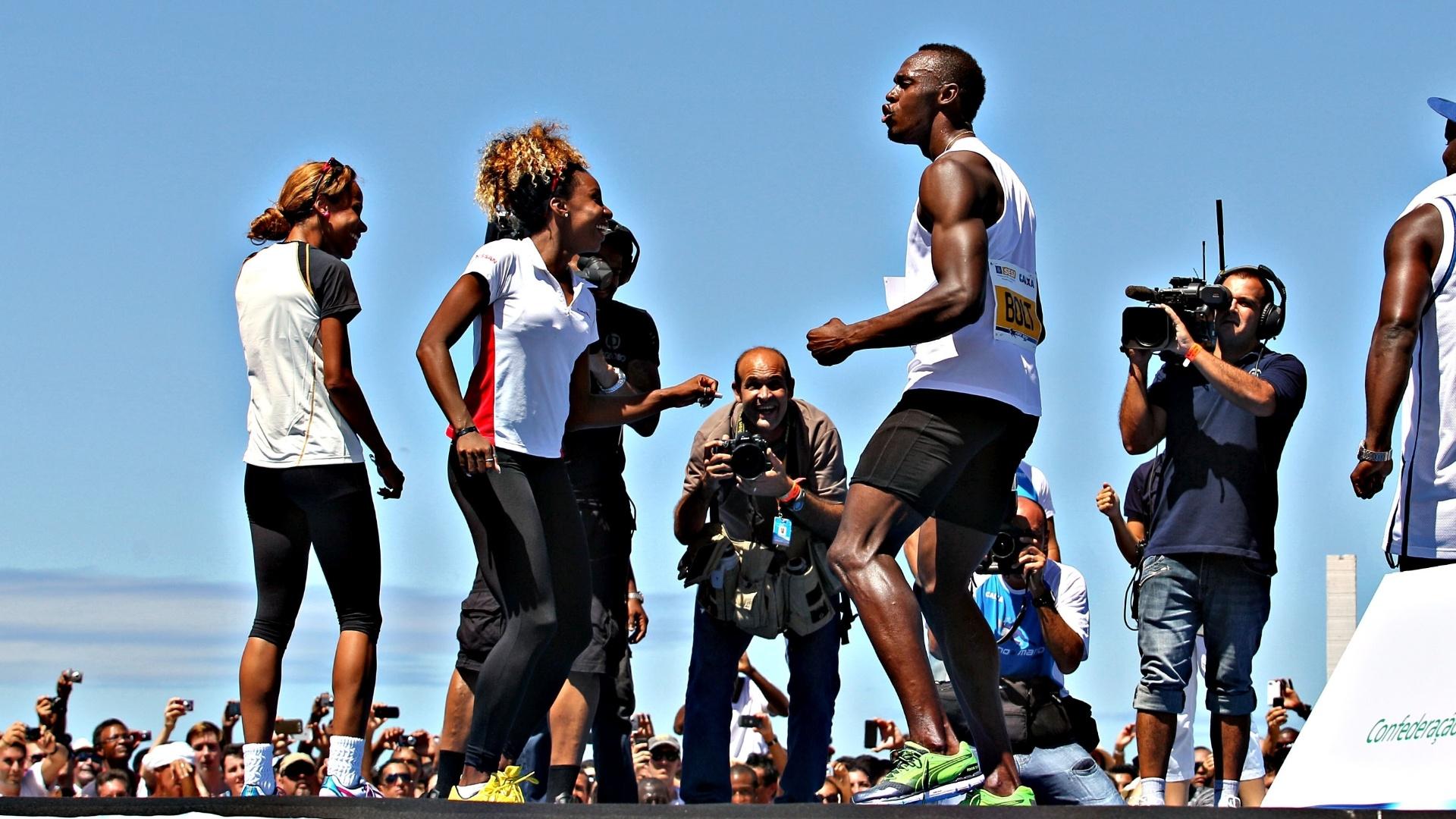 31.mar.2013 - Usain Bolt comemora após vencer desafio de 150m disputado na praia de Copacabana, no Rio de Janeiro