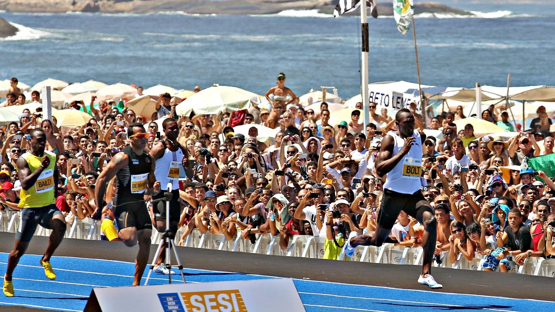 31.mar.2013 - Usain Bolt supera rivais e vence desafio de 150m disputado na praia de Copacabana, no Rio de Janeiro