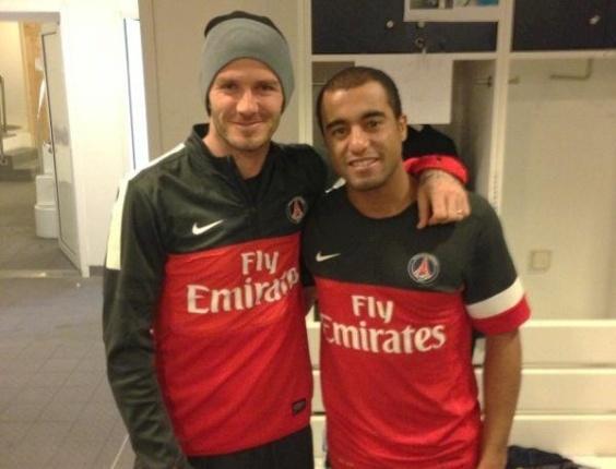 Lucas (d) posta foto com companheiro de PSG Beckham