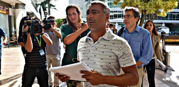Romário e Ivo Herzog chegam à CBF com a petição que pede a saída de Marin