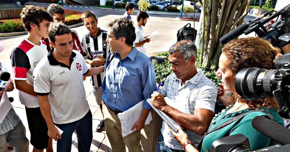 01.abr.2013 - Romário dá autógrafo a fãs durante sua visita à sede da CBF para entregar a petição pública pela saída de José Maria Marin da presidência da entidade