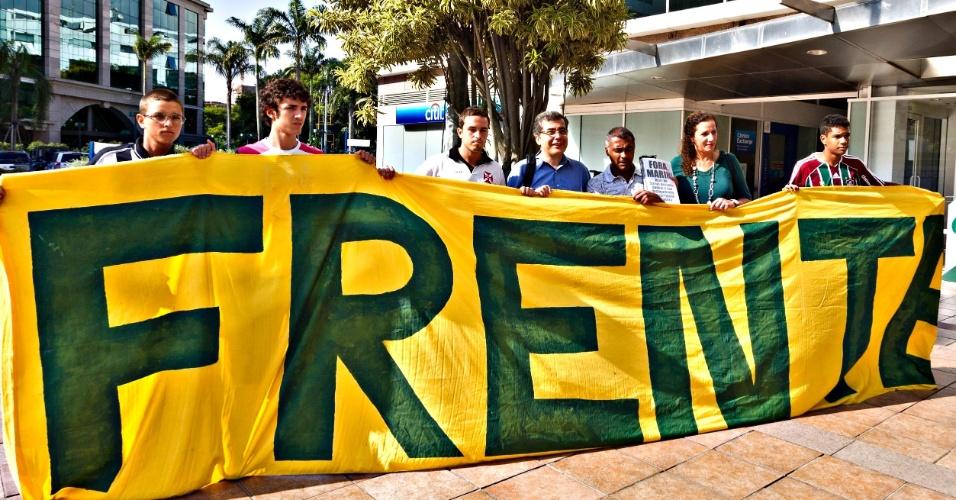 01.abr.2013 - Romario, Dep. Federal Jandira Fegali e Ivo Herzog posam junto com a faixa da Frente Nacional de Torcedores.