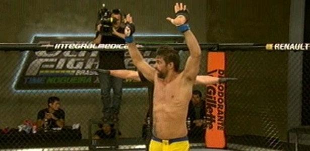Yan Cabral comemora vitória sobre David Vieira no terceiro episódio do TUF - Reprodução