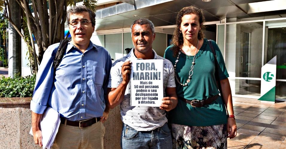 01.abr.2013- Romario exibe petição pública solicitando a saída de Marin da CBF ao lado da dep. Federal Jandira Fegali (d.) e Ivo Herzog (e.)