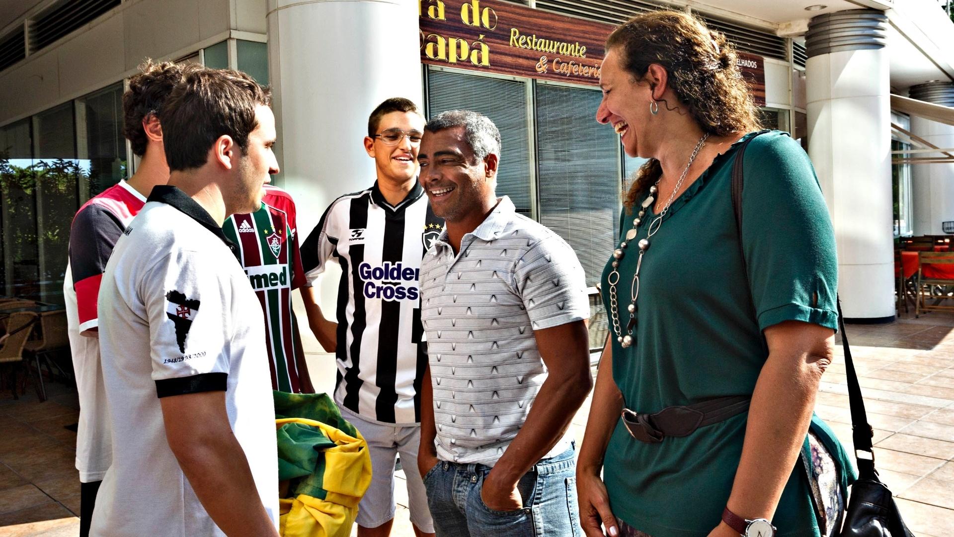 01.abr.2013- Romário conversa com membros da Frente Nacional de Torcedores em frente à sede da CBF, no Rio de Janeiro