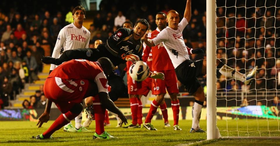 01.abri.2013 - Goleiro brasileiro Julio Cesar (centro), do QPR, em ação durante a partida contra o Fulham, pelo Campeonato Inglês