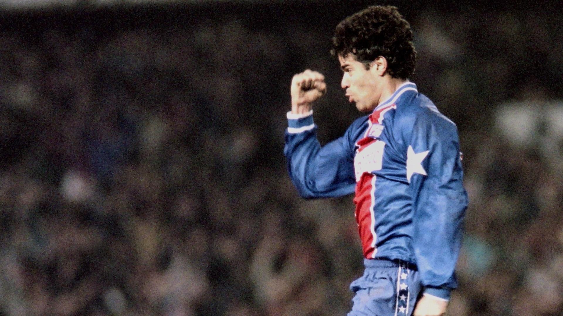 15.mar.1995 - Brasileiro Raí, do Paris Saint-Germain, comemora após marcar contra o Barcelona, pelo jogo de volta das quartas de final da Liga dos Campeões da Europa 1994/95