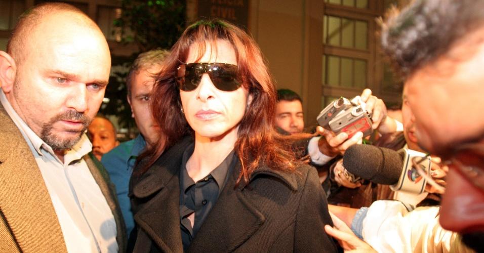 1º.abr.2013 - A advogada Carla Cepollina, namorada de Ubiratan Guimarães, deixa a sede do DHPP (Departamento de Homicídios e Proteção à Pessoa), na região central de São Paulo após prestar depoimento