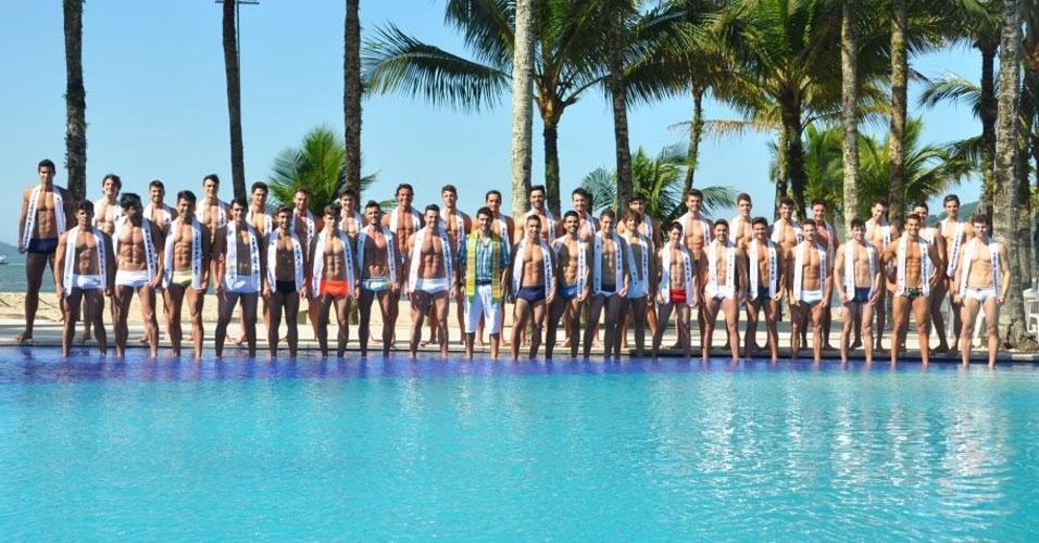 1º.abr.2013 - Candidatos ao Mister Brasil 2013 posam para fotos na piscina do Portobello Resort e Safari, em Mangaratiba, na manhã desta segunda-feira (1º)