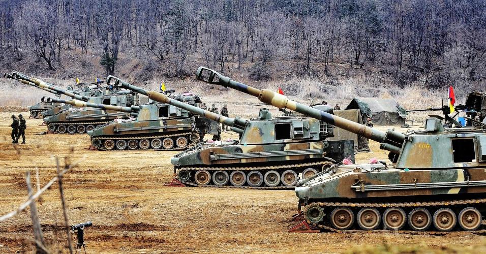 1º.abr.2013 - Fuzileiros navais sul-coreanos realizam treinamento militar com tanques próximo da fronteira do país com a cidade fronteiriça de Paju. A presidente sul-coreana prometeu responder com força em caso de uma agressão por parte da Coreia do Norte