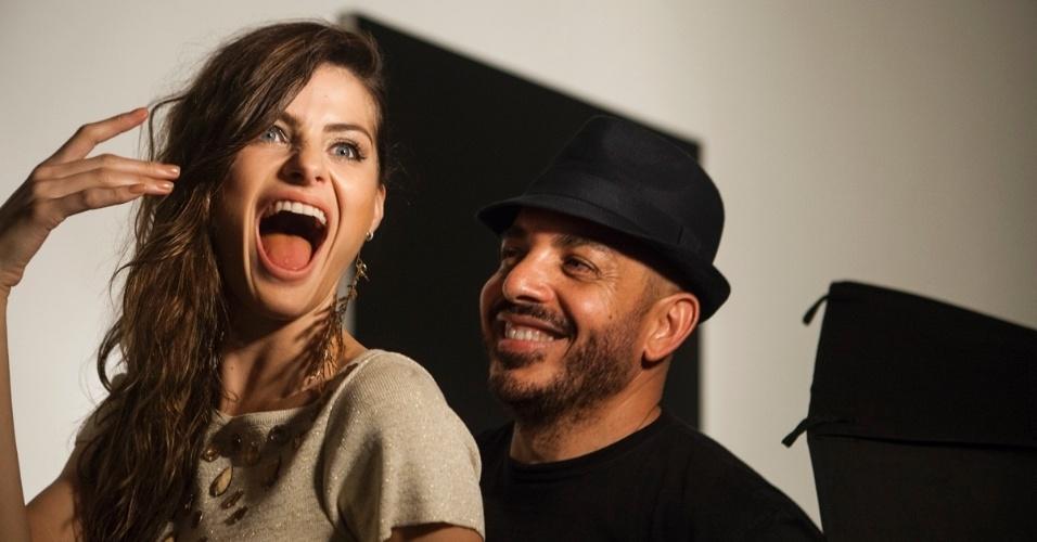 1.abr.2013 - Isabeli Fontana posa ao lado do maquiador Cláudio Belizario