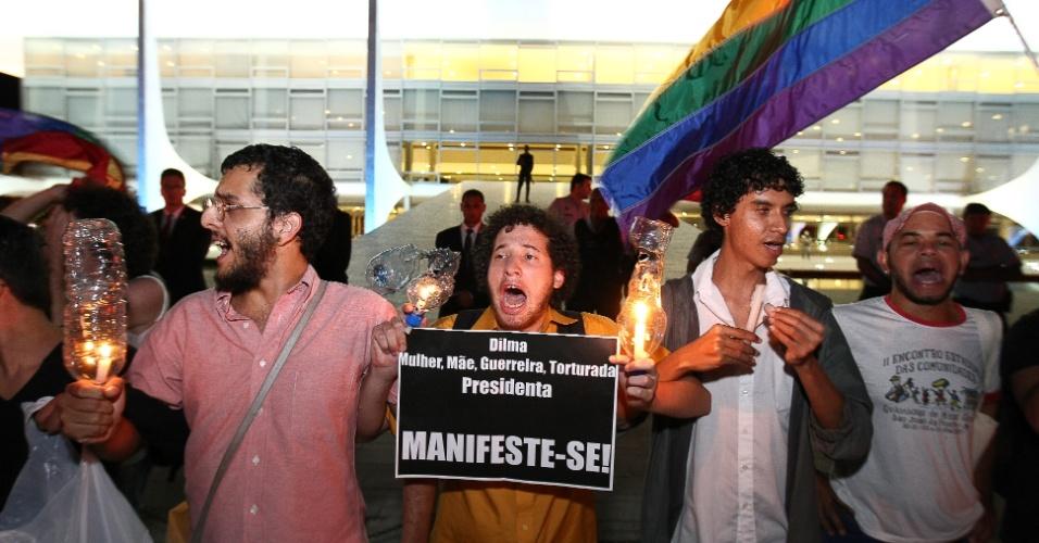 1º.abr.2013 - Manifestantes protestam em frente ao Palácio do Planalto, nesta segunda-feira (1º), contra a permanência do deputado federal Marco Feliciano (PSC-SP) no comando da Comissão de Direitos Humanos da Câmara. No ato, os manifestantes pediram da presidente Dilma Rousseff (PT) um posicionamento público em relação ao deputado, que tem sido alvo de protestos por ser acusado de racismo e homofobia