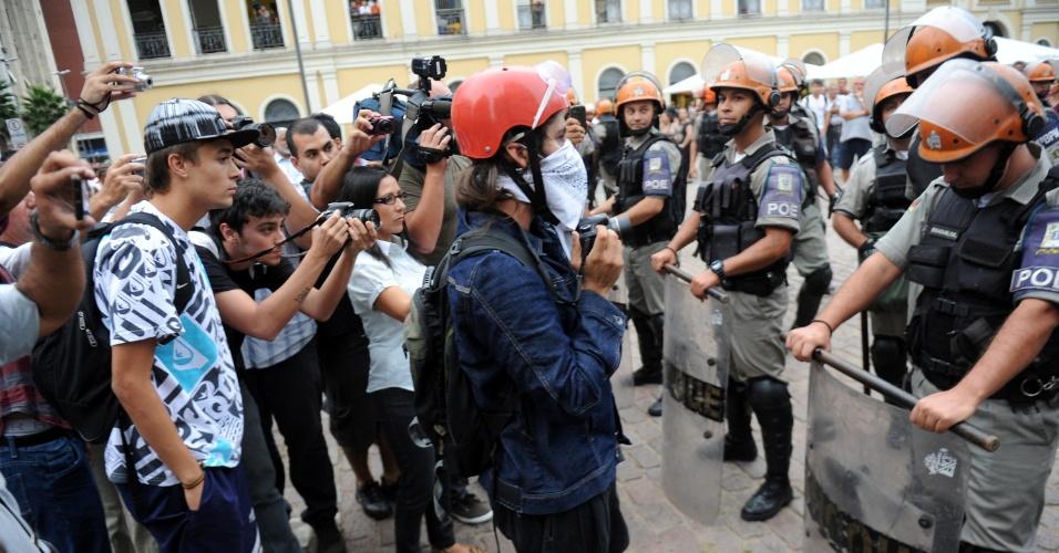 1º.abr.2013 - Manifestantes protestam nesta segunda-feira (1º) contra o aumento das passagens de ônibus em Porto Alegre, em frente ao prédio da Prefeitura. A tarifa de ônibus na capital gaúcha passou de R$ 2,85 para R$ 3,05 na semana passada e se tornou uma das mais caras do país