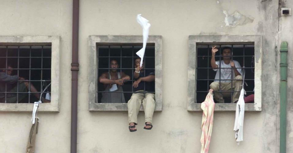 1º.abr.2013 - Movimento na casa de detenção do Carandiru. Presos do pavilhão 9 passam número de telefone para 2 mulheres do lado de fora do presídio