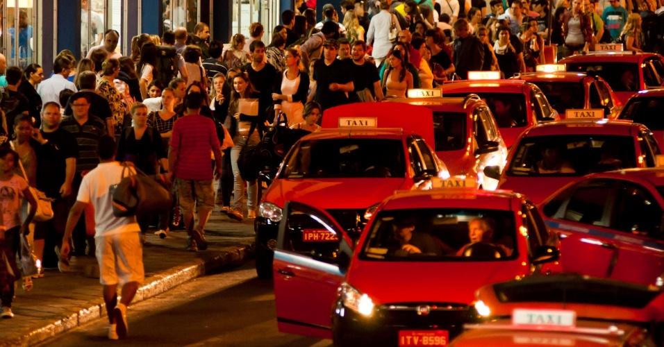 1°.abr.2013 - Na volta do feriado de Páscoa, pessoas formam fila para esperar táxis na rodoviária de Porto Alegre (RS)