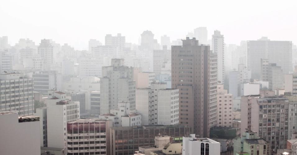 1º.abr.2013 - Neblina encobre o céu em parte da cidade de São Paulo na tarde desta segunda-feira (1º)