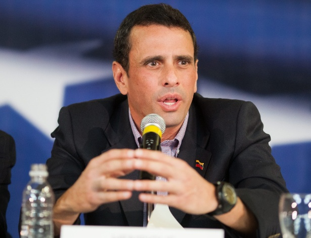 1º.abr.2013 - O candidato da oposição venezuelana, Henrique Capriles, acusou nesta segunda-feira (1º) os meios de comunicação estatais de favorecer a campanha do presidente interino, o chavista Nicolás Maduro, para as eleições presidenciais de 14 de abril. Capriles fez a acusação durante entrevista concedida à imprensa internacional, em Caracas