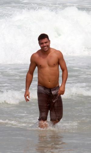 1.abr.2013 - O ex-jogador Ronaldo vai à praia do Leblon, na zona sul do Rio de Janeiro