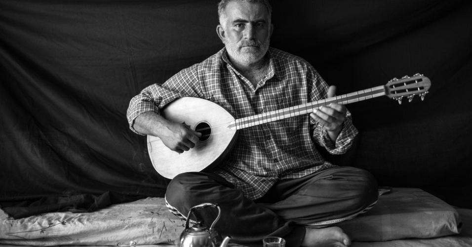 """1º.abr.2013 - O fotógrafo Brian Sokol, que vive na Índia, percorreu alguns dos campos de refugiados sírios. Com ajuda da Acnur (Agência da ONU para Refugiados), ele retratou alguns refugiados junto aos poucos pertences que os acompanharam. Omar, 37 anos, conseguiu carregar o instrumento musical buzuq. """"Pelos menos em algum momento, ele alivia meu sofrimento"""", diz. Omar deixou Damasco na noite em que seus vizinhos foram mortos."""