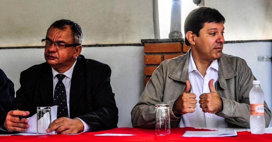 1º.abr.2013 - O prefeito de São Paulo, Fernando Haddad (dir.) e o secretário Chico Macena (Subprefeituras) participam de reunião na subprefeitura de Pirituba