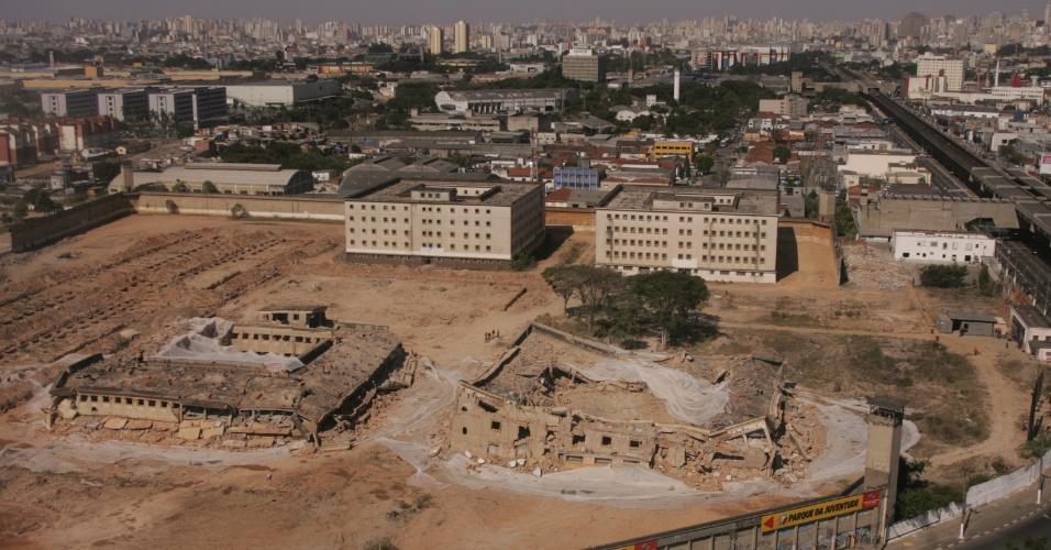 1º.abr.2013 - Os pavilhões 2 e 5 da antiga Casa de Detenção de São Paulo, o Carandiru (Zona Norte) em 17 julho de 2005, às 11h, após a implosão que contou com 200 kg de explosivos e demoliu os dois predios, para dar lugar ao Parque da Juventude