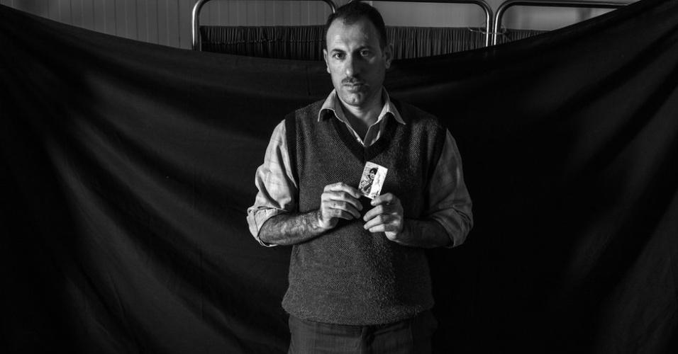 1º.abr.2013 - Os refugiados contam que qualquer um que aparentasse estar deixando o país era parado pelas autoridades sírias. Isso explica porque a grande maioria fugiu com quase nada. Mas o pouco que levaram ganhou um significado grande em tempos de privação de guerra. Waleed, um dos Médicos Sem Fronteiras, deixou a Síria apenas 20 dias após sua esposa dar a luz. No campo de Domiz, no Iraque, ele guarda a foto da mulher.