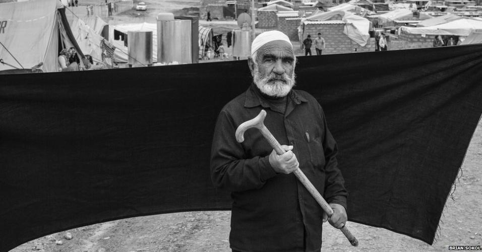 1º.abr.2013 - Para Ahmed, o objeto mais importante é sua bengala. Sem o acessório, ele diz que não teria condições de cruzar a fronteira e chegar até Domiz, no Iraque, acompanhando os familiares. Um dos filhos, que ficou na Síria, morreu em outubro.