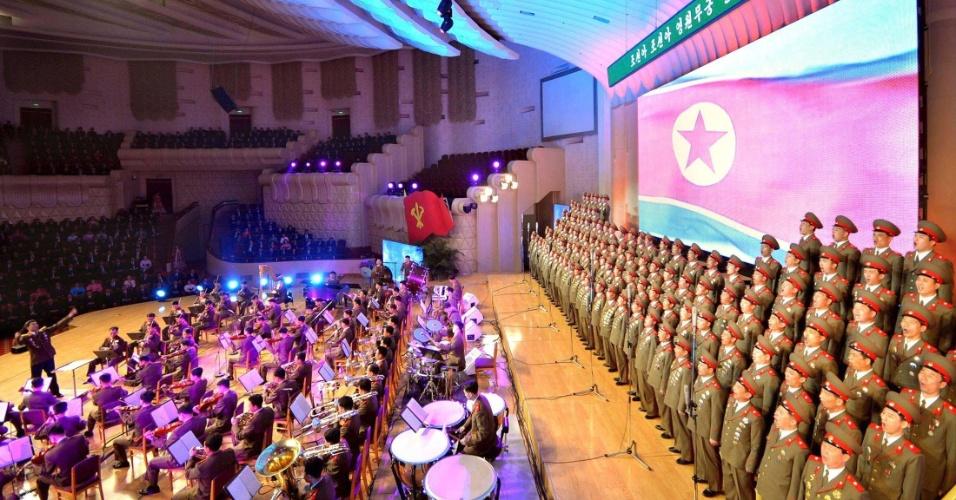 """1º.abr.2013 - Parlamentares da Coreia do Norte assitem no Teatro do Povo, em Pyongyang, ao espetáculo """"A Coreia [do Norte] faz o que ela está determinada a fazer"""", em imagem divulgada nesta segunda-feira (1º) pela agência de notícias do governo norte-coreano KCNA. Nesta segunda-feira, o Parlamento norte-coreano aprovou a expansão do programa nuclear do país"""