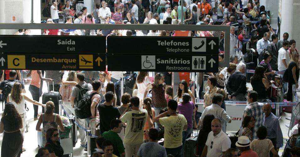 1°.abr.2013 - Passageiros lotam o aeroporto Santos Dumont, no Rio de Janeiro, nesta segunda-feira (1º). Diversos voos tiveram atrasos devido a um nevoeiro que encobriu parte do céu na cidade. Alguns voos foram transferidos para o Aeroporto Internacional Antônio Carlos Jobim