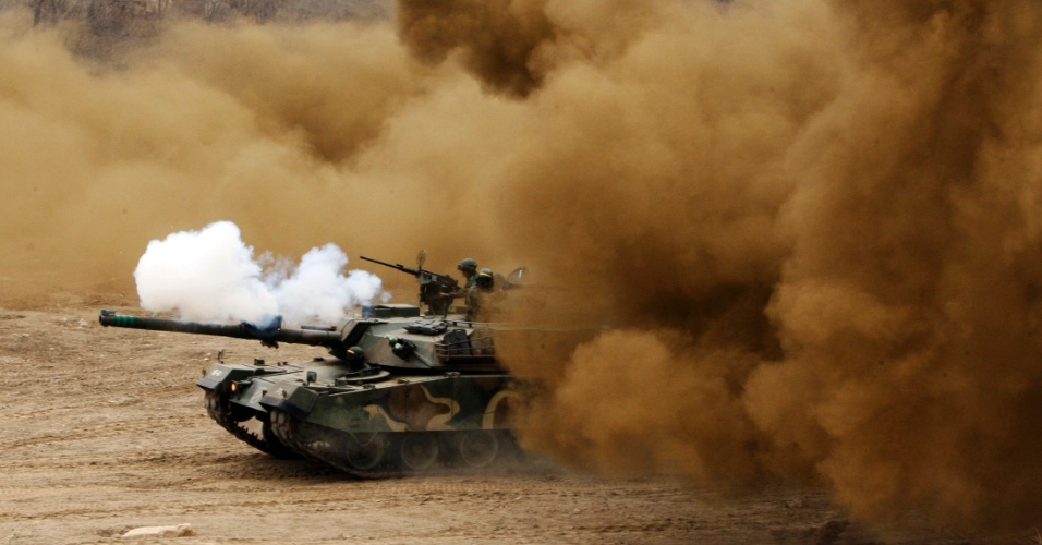 1º.abr.2013 - Soldados sul-coreanos participam de exercícios militares próximos à zona desmilitarizada que separa as duas Coreias, em Cheorwon, 77 km a nordeste de Seul, nesta segunda-feira. A presidente sul-coreana, Park Geun-hye, ordenou que o país responda com força, caso seja atacado pelo Coreia do Norte