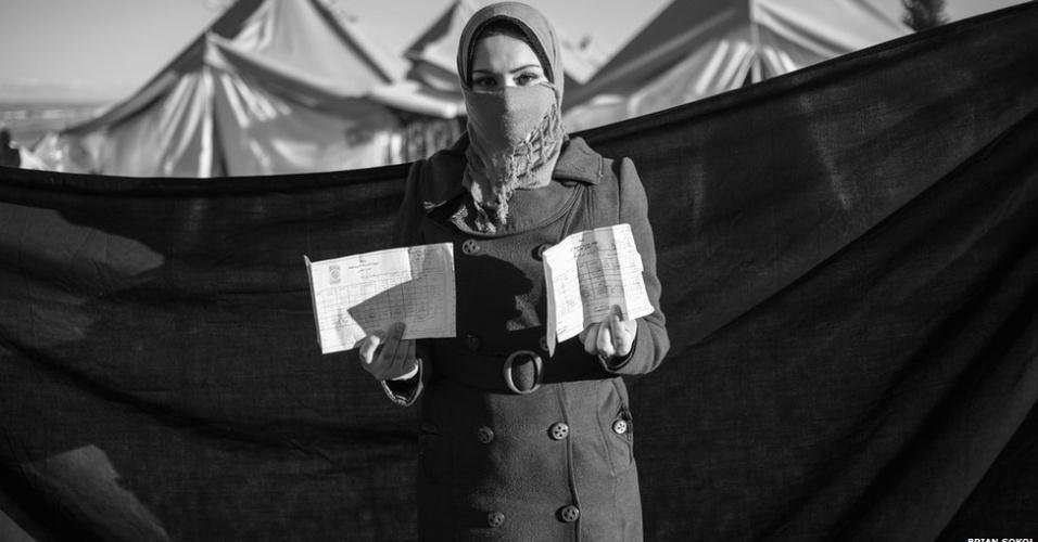 1º.abr.2013 - Tamara espera que o diploma que trouxe consigo para a Turquia possa ajudá-la a seguir seus estudos no país. Ela e a família fugiram após terem a casa destruída em Idlib.