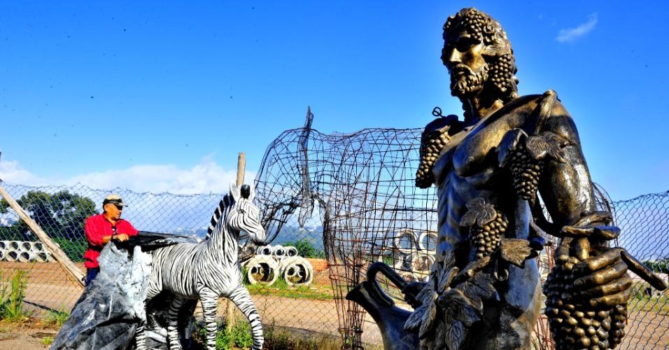 1º.abr.2013 - Três estátuas - uma zebra, um elefante e o deus do vinho - viraram motivo de constrangimento em Bento Gonçalves, na serra gaúcha. Adquiridas na gestão passada, que deixou uma dívida de R$ 51 milhões, os objetos fazem parte de um caso que inclui suspeitas de desvio de recursos e descontrole contábil