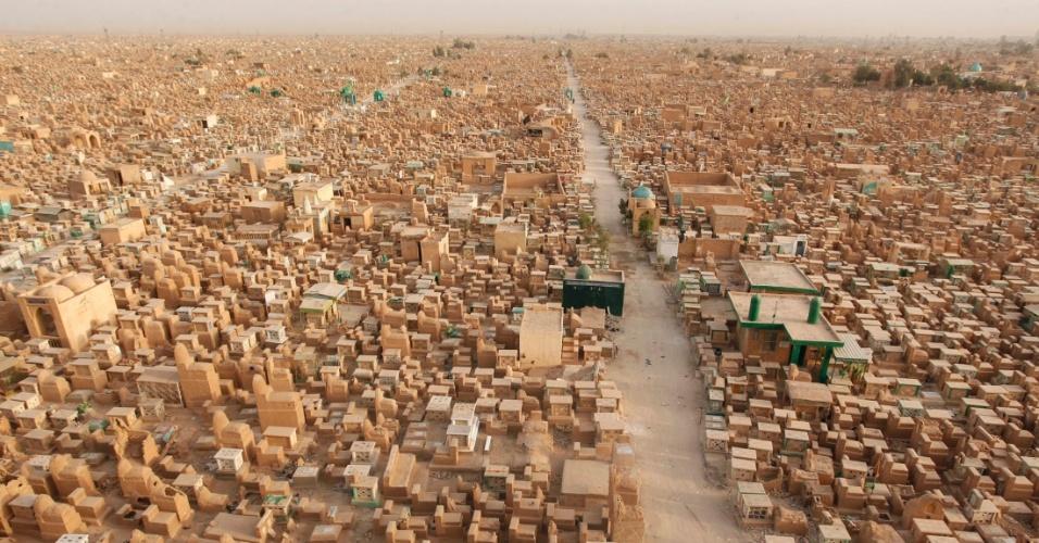 1°.abr.2013 - Vista panorâmica do Vale da Paz, cemitério localizado em Najaf, no Iraque, nesta segunda-feira (1°)