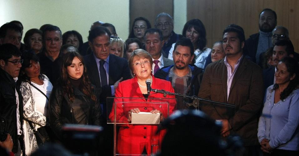 """1º.mar.2013 - A ex-presidente do Chile Michelle Bachelet, que é pré-candidata à Presidência nas próximas eleições no país, discursa em seu primeiro ato público de campanha, em Santiago, nesta segunda-feira (1º). Ela afirmou que, caso seja eleita, o primeiro projeto que enviará ao Congresso será para """"acabar com o lucro e avançar na gratuidade da educação"""". Bachelet governou o Chile entre 2006 e 2010 e é apontada como favorita para as próximas eleições"""