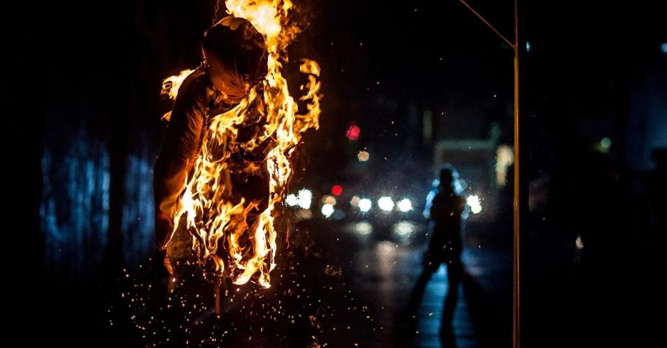 31.mar.2013 - Boneco arde em chamas durante tradição da Queima de Judas, que encerra a Semana Santa, neste domingo (31), em Caracas (Venezuela). Neste ano, além das típicas representações do apostolo, foram queimadas imagens do presidente interino da Venezuela, Nicolás Maduro, e do candidato da oposição Henrique Capriles nas eleições que acontecem no dia 14 de abril