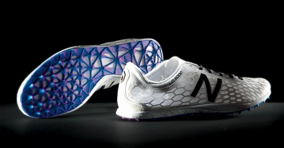 """A NewBalance começou a desenvolver parte de um modelo de corrida da marca  com impressora 3D. De acordo com a empresa, é feito um estudo da forma como o atleta. Após isso, são feitas """"listas"""" na parte inferior do tênis segundo os resultados da pesquisa para melhorar o desempenho do corredor"""