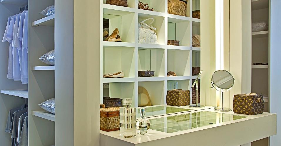 Assinado pela arquiteta Maithiá Guedes, o closet do casal tem 28 m² e é dividido em espaços distintos
