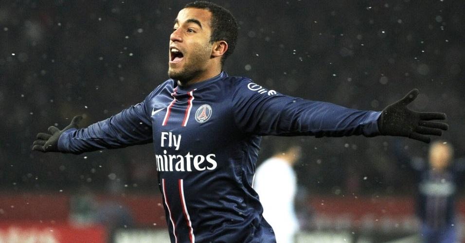 Brasileiro Lucas comemora gol do PSG em partida na França