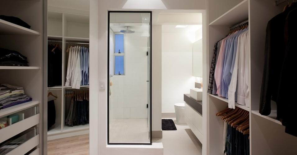 Com estrutura de MDF e ferragens Blum, este closet (6 m²), idealizado e feito sob medida pelas arquitetas Andrea Lucchesi e Carolina Razuk, é integrado ao banheiro através da abertura de vidro. Nos rasgos do forro foi embutida a iluminação que tem efeito difuso