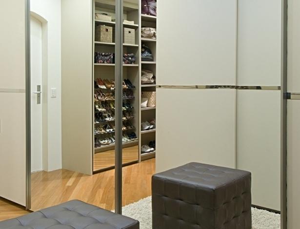 Dividido em duas áreas, o closet (17 m²) projetado por Samy e Ricky Dayan tem estrutura de MDF, portas com acabamento espelhado ou em melamina e puxadores de aço