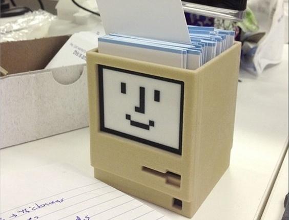 Este porta caneta, feito pelo designer holandês Metin Seven (ele é conhecido como Sevensheaven) em impressora 3D, tem o mesmo formato de um computador antigo Macintosh, da Apple. No Shapeways custa a partir de  R$ 54