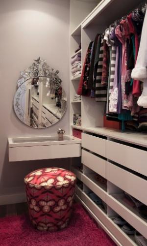 Idealizado pela arquiteta Crisa Santos, o closet tem apenas 3 m² e recebeu armários sob medida para melhor aproveitamento do espaço. O ambiente conta ainda com um canto para a penteadeira equipada com espelho veneziano
