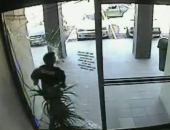 Ladrão se choca com porta de vidro na Austrália