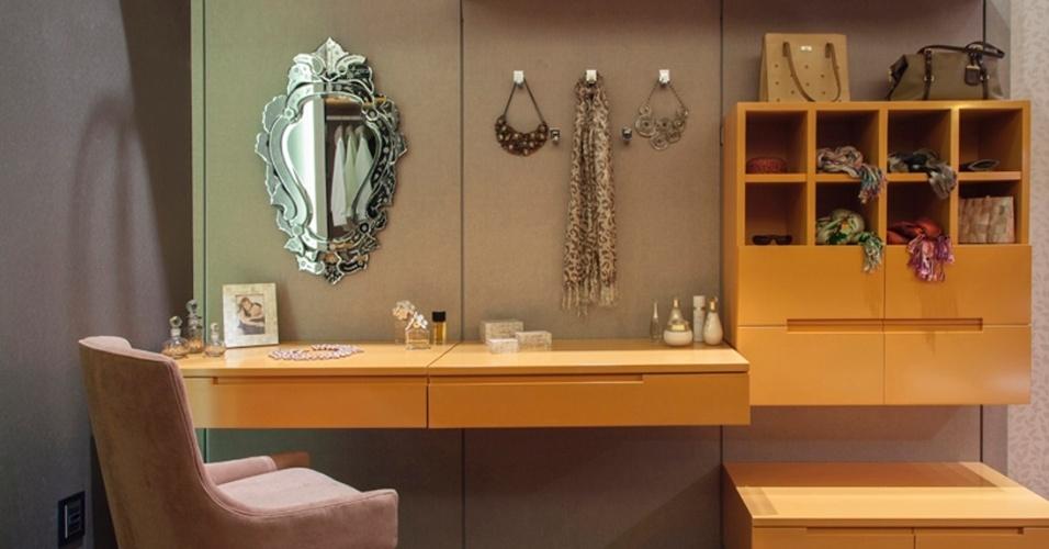 No closet, criado pela arquiteta Ana Carolina Trabasso para a 3ª Mostra Polo Design (2012), há um espaço dedicado aos cuidados de beleza, com espelho em estilo veneziano que quebra com a predominância das linhas retas do mobiliário