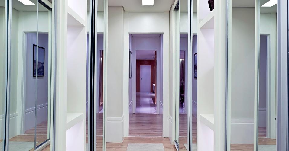 O closet com 12 m² está instalado na passagem para a suíte e conta com armários espelhados e nichos. O espaço foi idealizado sob medida pela arquiteta Maithiá Guedes