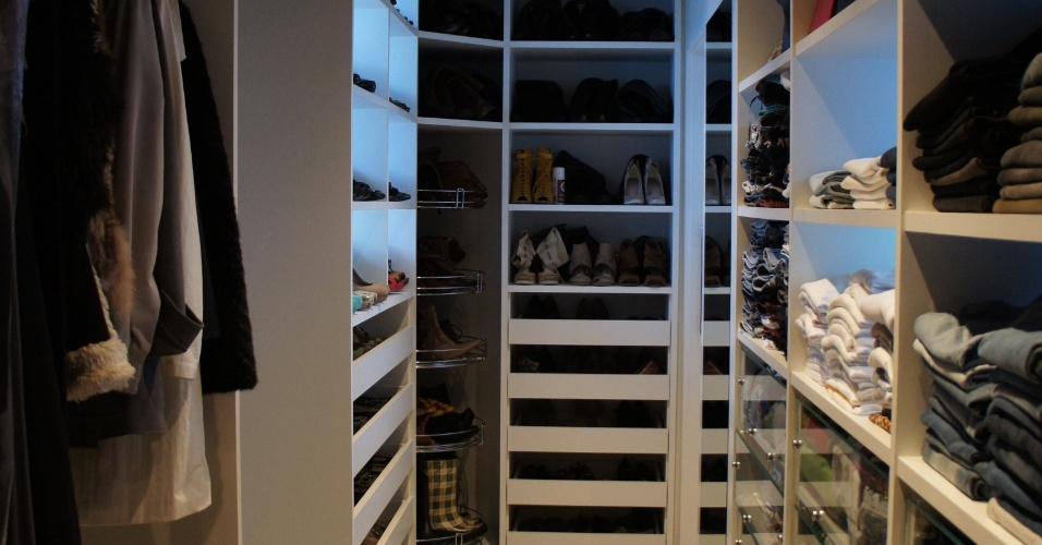 O closet feminino, idealizado pelo arquiteto Luis Navarro, está em um amplo apartamento, mede 24,30 m² e foi constituído em MDF laqueado. Para atender as necessidades da moradora, gavetas com corrediças telescópicas e frente transparente, além de sapateira, muitas prateleiras e espaço para as roupas longas foram incluídos no projeto
