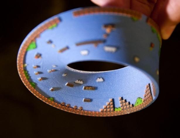 """O designer Joaquin Baldwin criou um objeto de decoração em impressora 3D baseado na primeira fase do jogo """"Super Mario Bros"""". Ele conta com todos os elementos do game: cogumelos, tartarugas, blocos, canos, as nuvens e até estrelas. No Shapeways é vendido por R$ 26"""